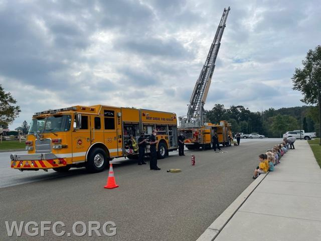 Students get an overview of the equipment carried by Rescue 22 and Ladder 22.